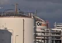 Opslagtanks bij Oiltanking Terneuzen.