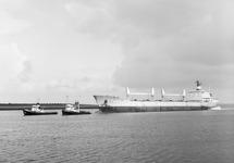 Zeeschip met sleepboten in de buitenhaven voor de zeesluis van...