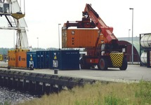 Containeroverslag kade Outokumpu Axelse vlakte.
