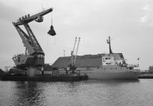 Het lossen van een schip met drijvende kraan van Ovet in de...