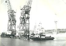 Sleepboot Willem en drijvende kranen van Ovet op het kanaal bij...