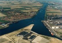 Luchtfoto fabriek Outokumpu Steel Processing op de Axelse Vlakte.