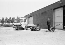 Kantonnier Pijpelink met de bedrijfswagen en grasmaaier bij de...