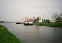 Binnenvaartschepen aan de kade bij Hydro Agri Sluiskil.