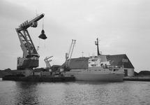 Overslag met drijvende kraan van Ovet vanuit een zeeschip in de...