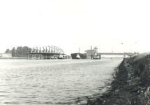 Zeeschip met sleepboten bij de brug van Sas van Gent.