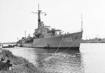 """Jager D 802 """"Hr. Ms. Evertsen"""" van de Koninklijke Marine op de palen..."""