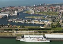 Het zeilend cruise schip Wind Surf aan de Finsakade in de Vlissingse...