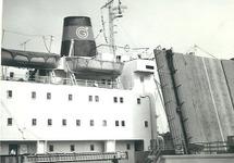 Zeeschip vaart de middensluis van Terneuzen binnen.