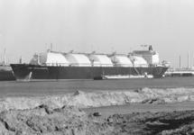Tanker LNG Challenger in de Braakmanhaven bij Dow Chemical.