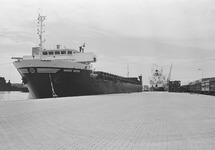 Zeeschip Sigrid Wehr aan de kade van de Zevenaarhaven. Op de kade...