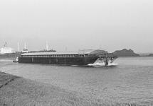 Duwcombinatie en zeeschip op het kanaal ter hoogte van de...