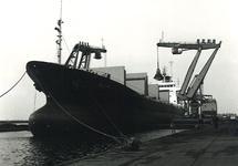 Overslag met drijvende kraan vanuit zeeschip aan de terminal van Ovet...
