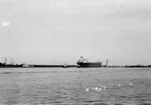 Zeeschip met sleepboten aan de zuidkant van de zeesluis op het kanaal...