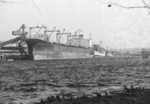 Zeeschip aan de kade bij de Nederlandse Stikstof Maatschappij (NSM).