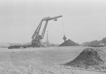 Overslag van kolen met een drijvende kraan in een duwbak door Ovet in...