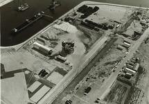 Overzicht Pechiney fabriek in aanbouw, met linksboven de reeds geheide...