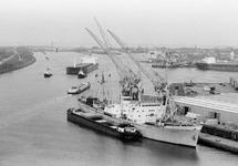 Overzichtsfoto van een zeeschip met sleepboten en een binnenvaartschip...