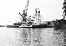 Zeeschepen en binnenvaarschip aan de kade van de Zevenaarhaven.