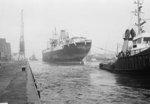 Zeeschip met sleepboten in de Zuiderkanaalhaven.