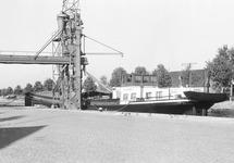 Binnenvaartschip aan een laadinstallatie aan Zijkanaal C bij de Axelse...