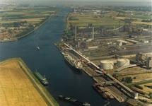 Luchtfoto van de Axelse Vlakte haven met de vestiging van Hydro Agri...