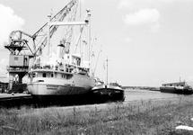 Binnenvaartschepen en een zeeschip in de Noorderkanaalhaven.