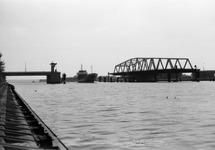 Schip vaart door de draaibrug over het kanaal bij Sas van Gent.