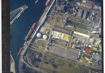 Verticale luchtfoto havengebied Terneuzen. Fabriekscomplet van Hydro...
