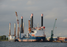 Werkschepen, onder andere de Aeolus, in de Westhofhaven te Vlissingen.