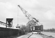 Kraan op een kraanbaan aan Zijkanaal C aan de Axelse Sassing.