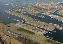 Luchtfoto van het sluizencomplex in Terneuzen.