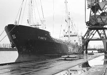 Zeeschip Tinto van Stream Line aan de kade in de Zevenaarhaven. op de...