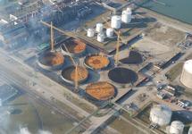 Luchtfoto bouwen opslagtanks bij Vesta Terminal Flushing B.V. te...