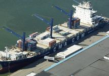 Containerschip van CMA CGM aan de kade bij Kloosterboer in de...