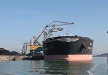Lossen van zeeschip Wan May door drijvende kraan bij Ovet in de...