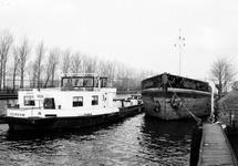 Binnenvaartschepen in zijkanaal D te Sas van Gent.