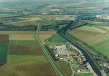 Luchtfoto zijkanaal C met bedrijven aan de Axelse Sassing.