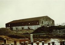 Aanleg kade van de Massagoedhaven. Op de achtergrond een van de...
