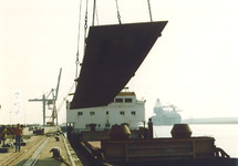 Overslag van staal aan de Sloekade bij de N.V. Haven van Vlissingen.