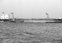 Lossen van een zeeschip met drijvende kranen van Ovet in de...