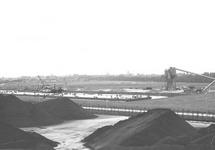 Bouwmaterialenhandel de Hoop aan de Zuiderkanaalhaven. Op de voorgrond...