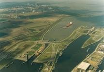 Luchtfoto zeeschip in de zeesluis. Op de achtergrond de vestiging van...