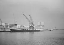 Laden van een schip bij bouwmaterialenhandel De Hoop in de...