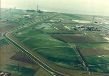 Luchtfoto van de Europaweg-Oost waarop te zien de Total Raffinaderij...
