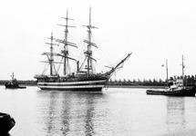 Driemaster met twee sleepboten op het kanaal bij Terneuzen.