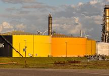 Opslagtanks bij Zeeland Refinery te Vlissingen-Oost.