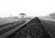 Volgeladen wagons met kolen nabij het kantoor van het Havenschap...