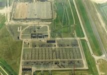 Luchtfoto van de hoogspanningsmasten bij de kerncentrale en...