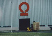 Heftruck met pallets bij de loods van Outokumpu Steel Processing op de...